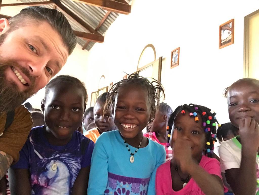 Il nostro volontario Alessandro con i bimbi della scuola N'Dame